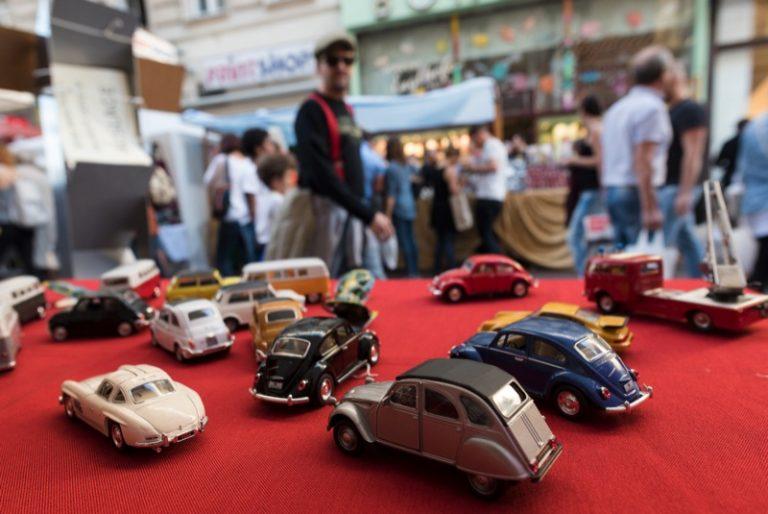 Spielzeugautos als Kinderflohmarkt Neubaugasse