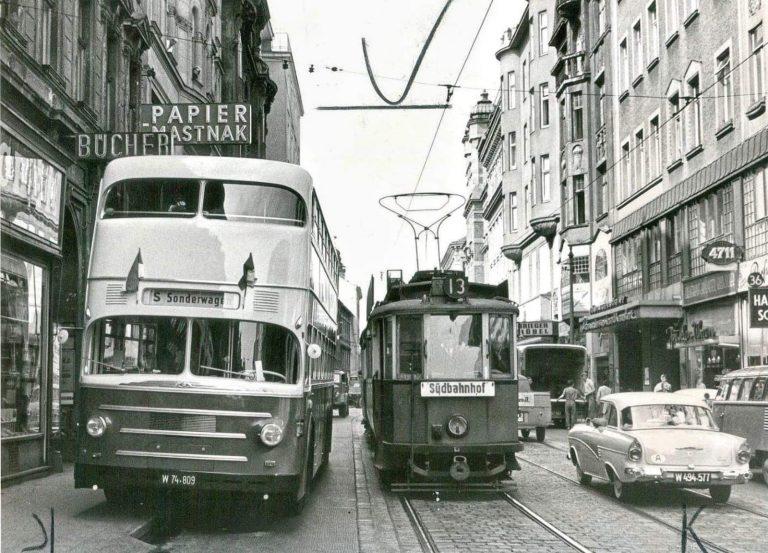 Stockautobus & Straßenbahnlinie 13 in der Neubaugasse