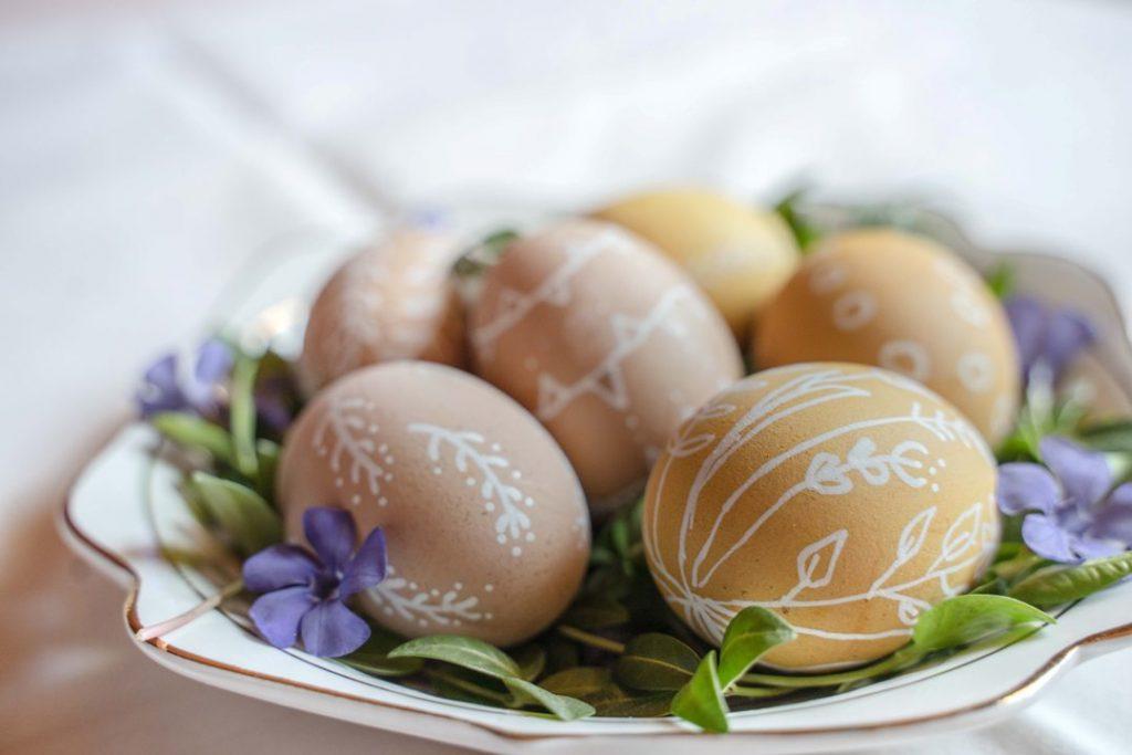 Einfach Bastelidee für Ostern: handbemalte Eier.