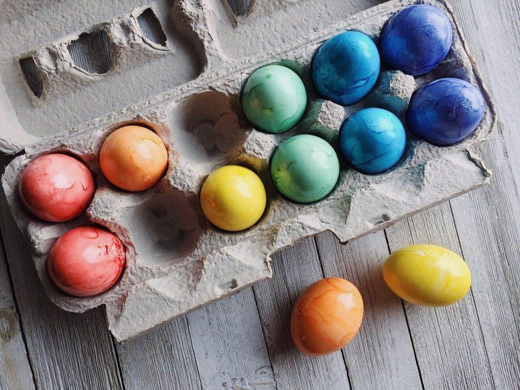 Zu Ostern dürfen bunt gefärbte Ostereier auf dem Frühstückstisch nicht fehlen.