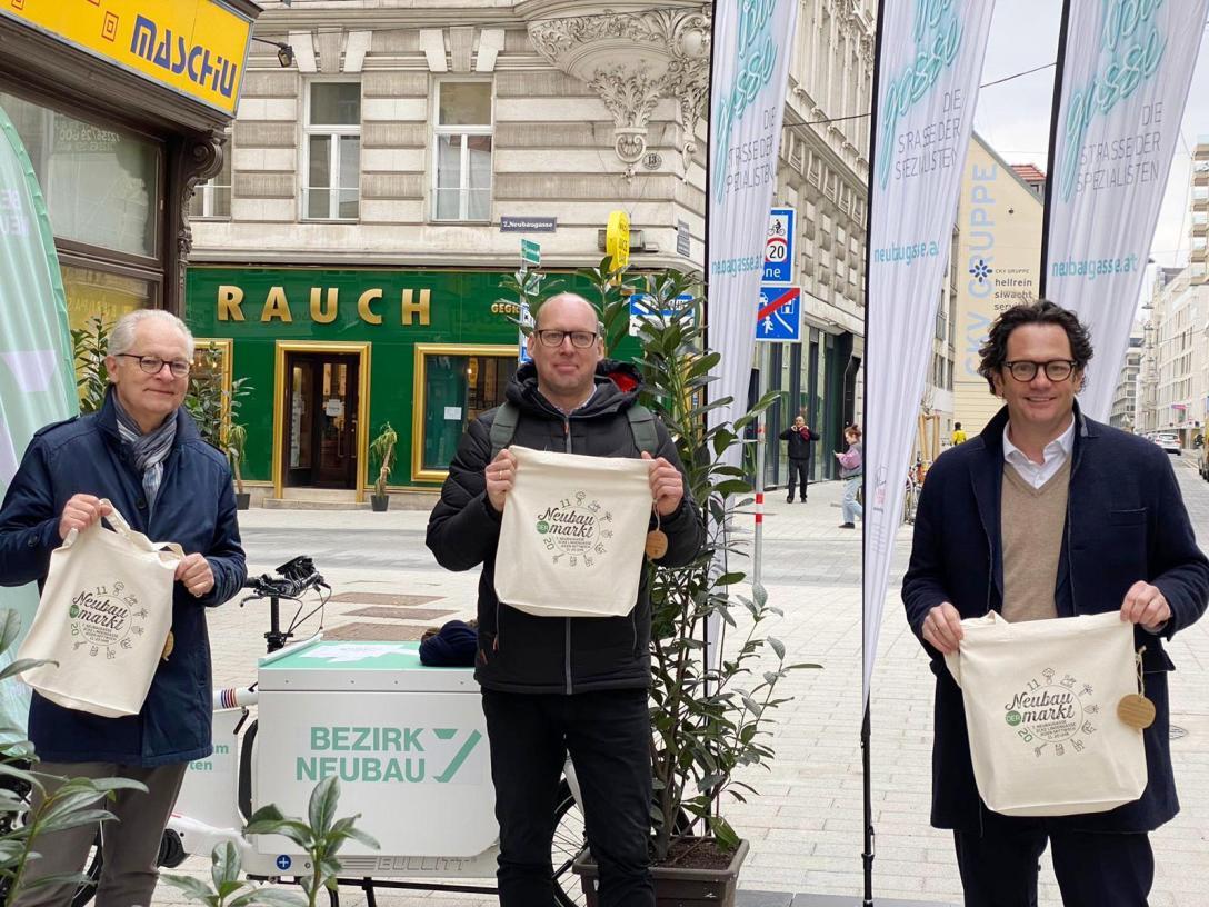 Bezirksvorsteher Markus Reiter, Peter Herzog und Kurt Wilhelm von der IG der Kaufleute am Neubau präsentieren das Konzept von DER Neubaumarkt