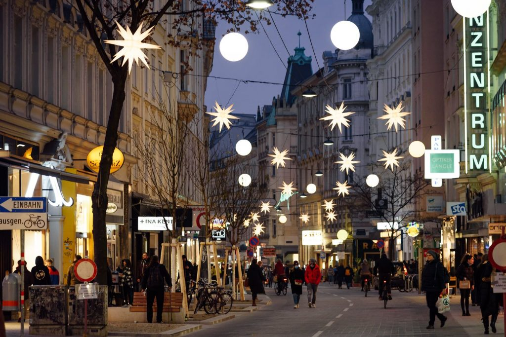 Die Weihnachtsbeleuchtung in der Neubaugasse verzaubert im Advent.