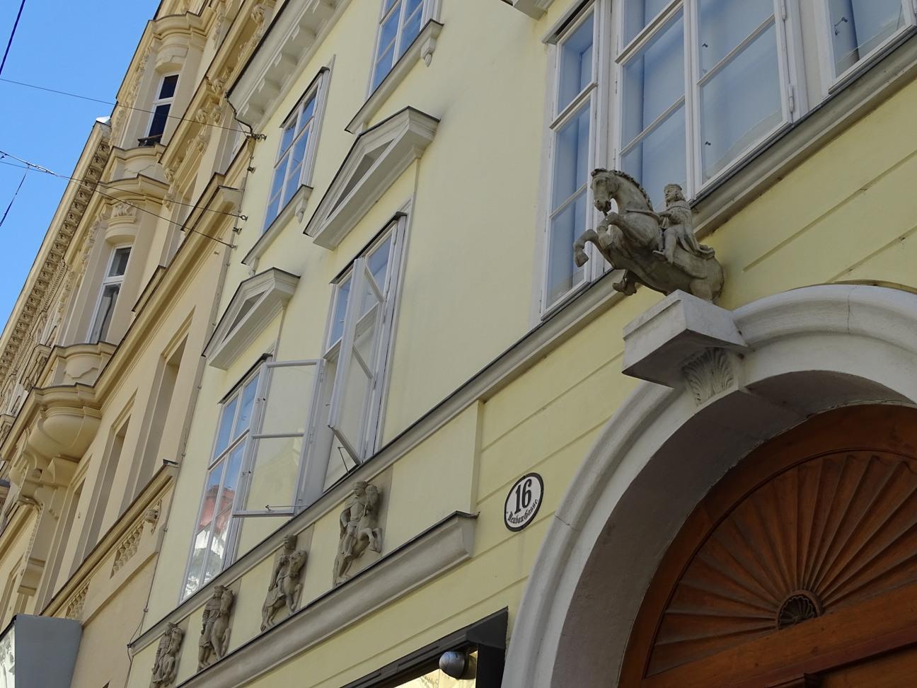 Zu den neun Churfürsten: Das Haus in der Neubaugasse 16 trägt auch heute noch seinen historischen Schildnamen.