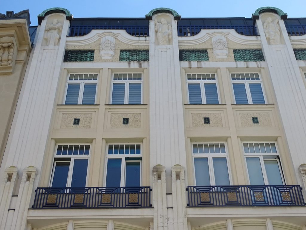 Die Neubaugasse 8  ist auch als Haus zu den drei goldenen Hufeisen bekannt.