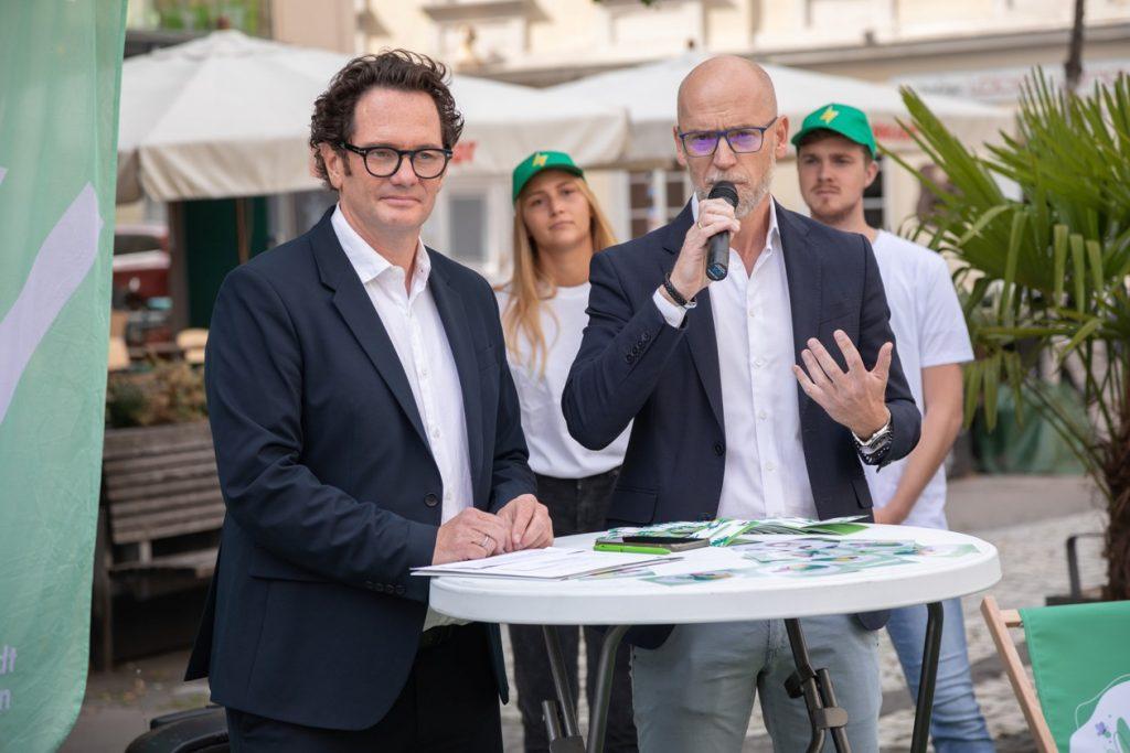 Bezirksvorsteher Markus Reiter und Green-To-Home-Geschäftsführer Michael Punzet erklären Neubau liefert grün